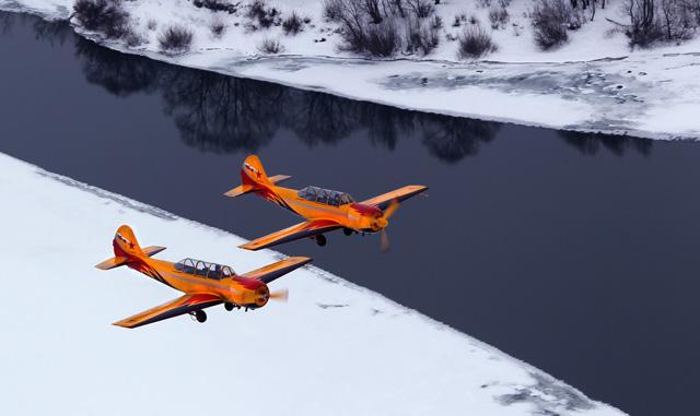 пара як-52 над зимней речкой